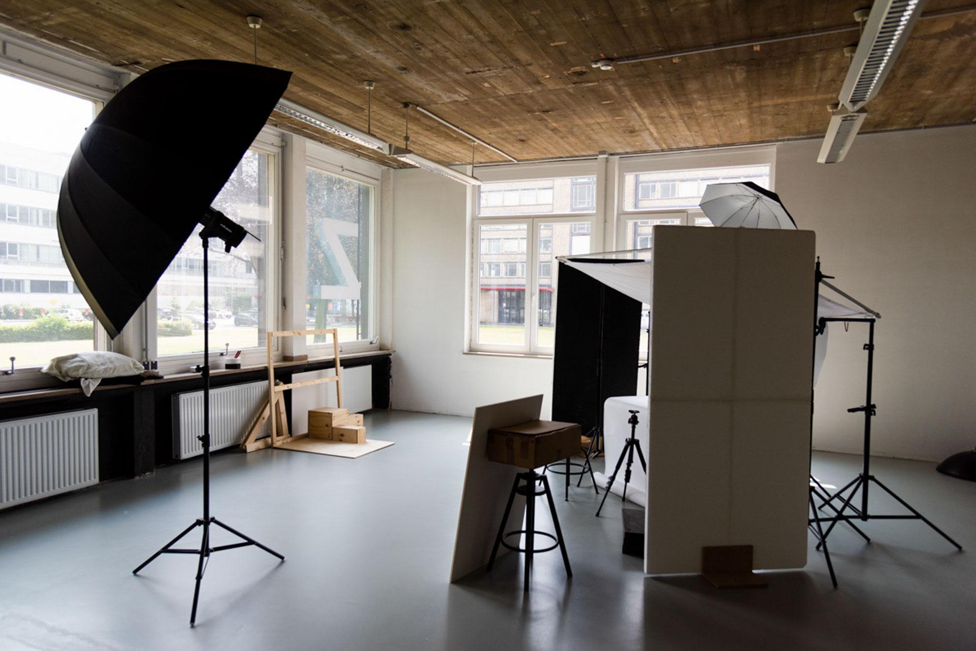 Ansicht des Fotostudios in Gebäude Z mit Blick auf die Fensterfront. Das Studio besitzt an zwei Seiten große Fenster, die viel Licht hereinlassen.