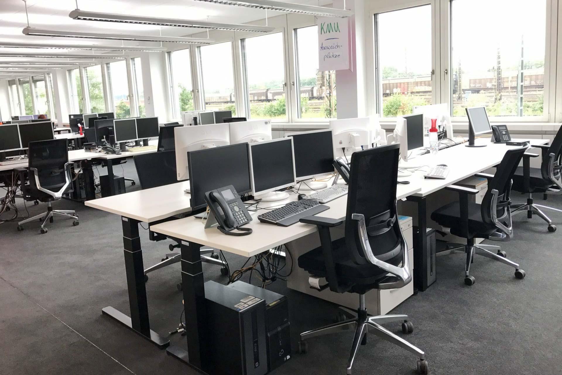 Vollmöblierte und fertig eingerichtete Coworking Arbeitsplätze im Quartier231 mit eigenenm Telefonanschluss und PC pro Arbeitsplatz.